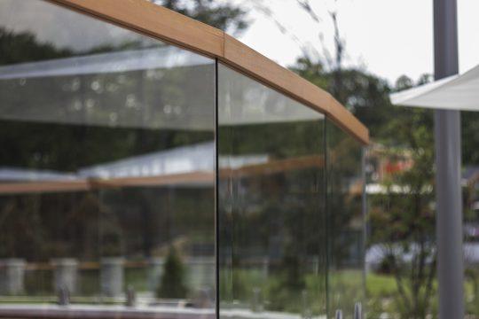 alsó lábas megfogású üvegkorlát